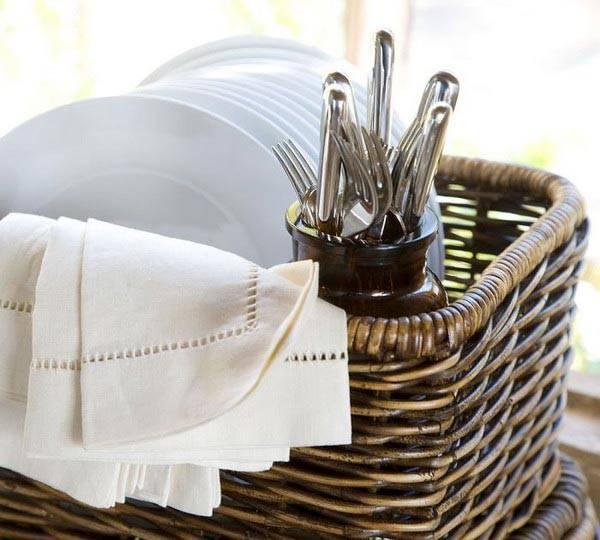 а в небольших открытых ящиках - чистые полотенца и другие банные принадлежности. в корзинах больших размеров...