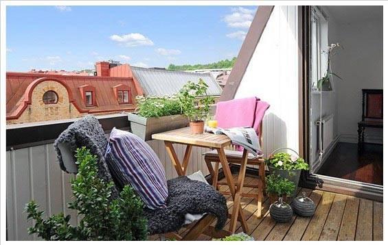 Идеально было бы поставить на балконе плетенную мебель с декоративными подушками.  Но если балкон слишком мал для...