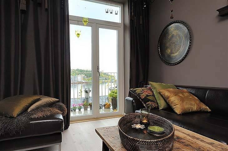 Восточные мотивы и темные цвета в дизайне гостиной комнаты фото