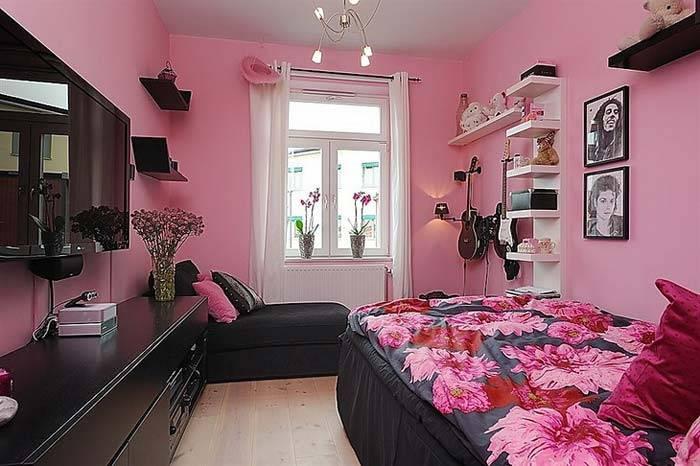 Сочетание розовых стен и черной мебели в интерьере комнаты фото