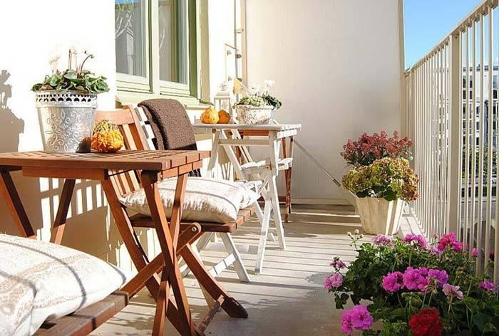 Белый открытый балкон с цветами в квартире с темным интерьером фото