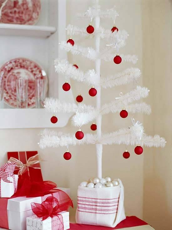 Новогодний декор: красно-белое сочетание цветов.