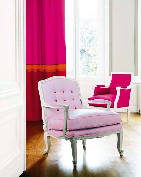 нежно розовое кресло в интерьере