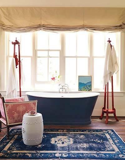 красивая ванная комната с окном