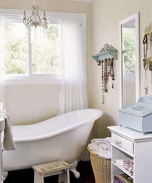 большое окно в ванной комнате