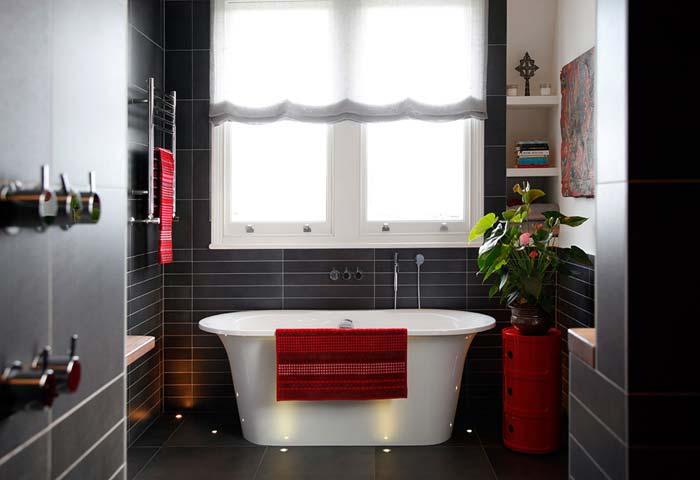 стильная ванная комната с окном