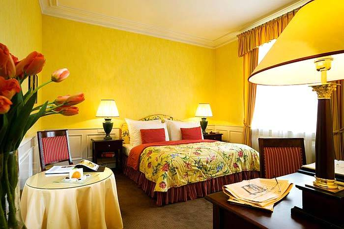 красивая желтая спальня