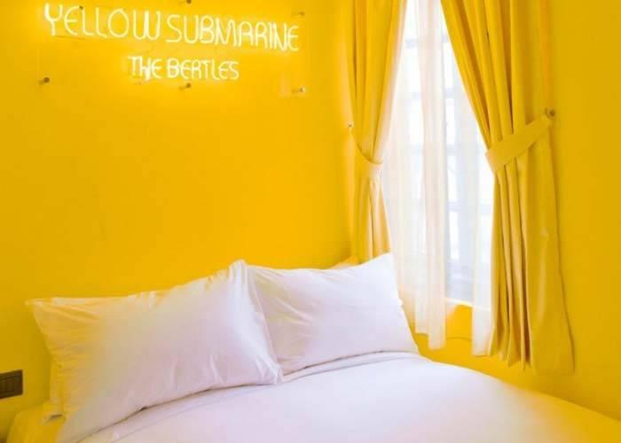 солнечно-желтая спальня