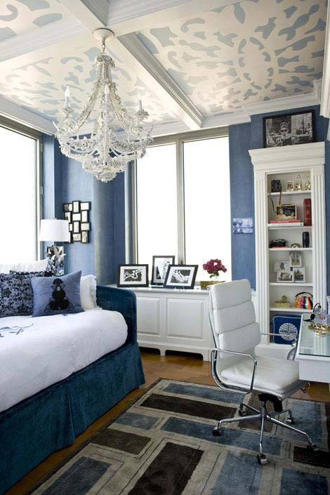 Например, в классическом интерьере потолок можно покрыть серебряной или золотой поталью, или просто покрасить цветной...