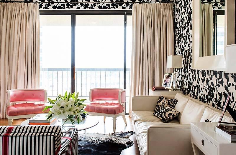 Цветные шторы в черно-белом интерьере фото