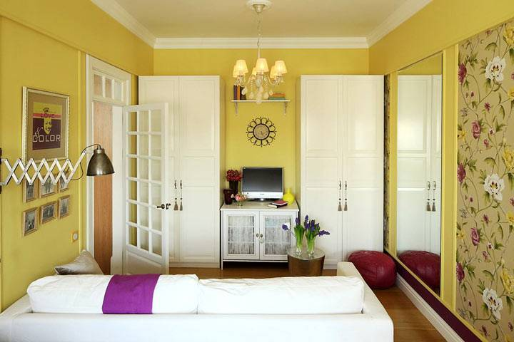 интерьер гостиной комнаты с желтыми обоями и белой мебелью фото