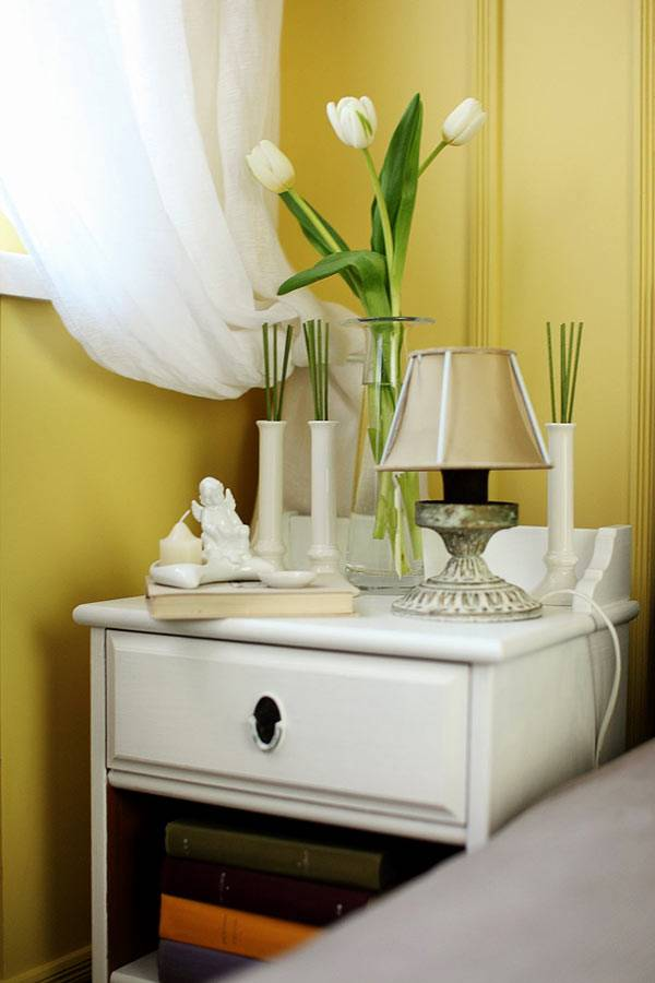 Красивый декор на прикроватной тумбочке в интерьере спальни фото