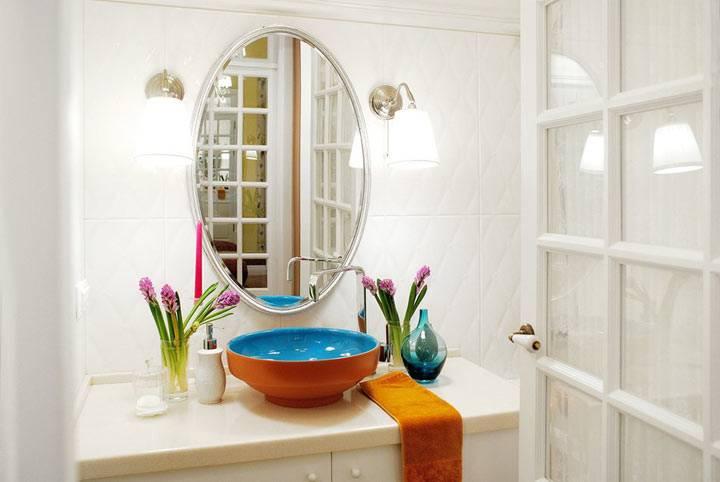 красивый яркий умывальник в интерьере ванной комнаты фото