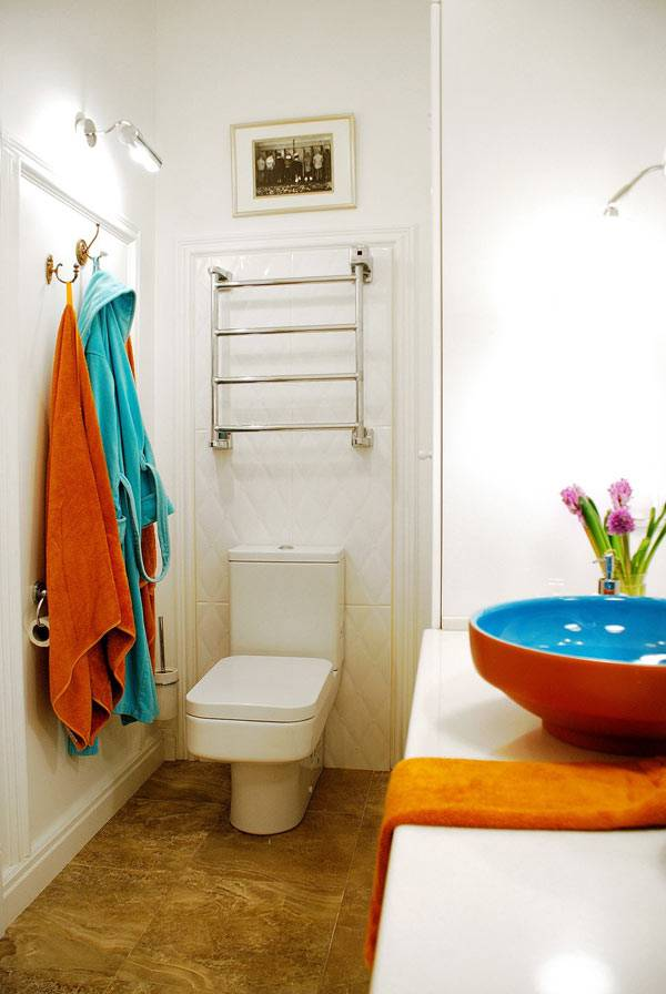Интерьер ванной комнаты совмещенной с туалетом и яркой раковиной фото