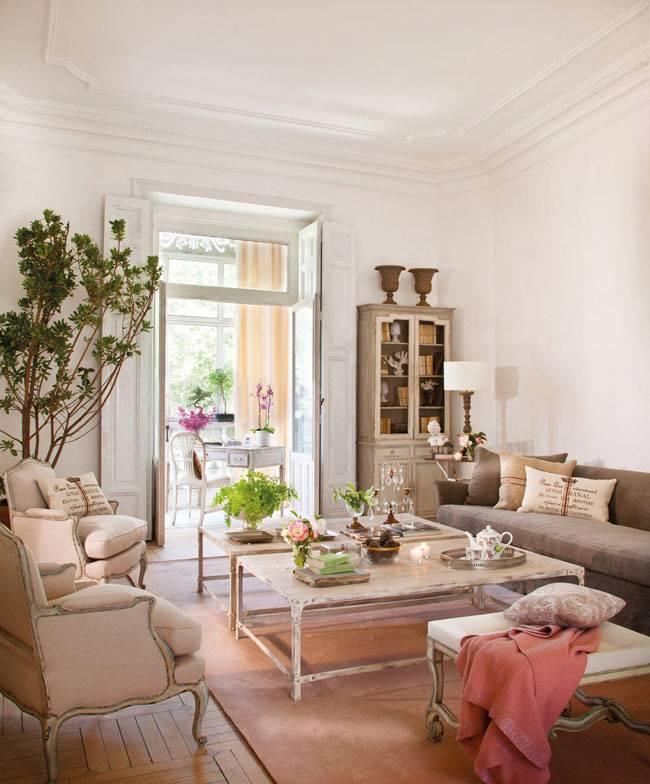 красивая гостиная комната с винтажным декором