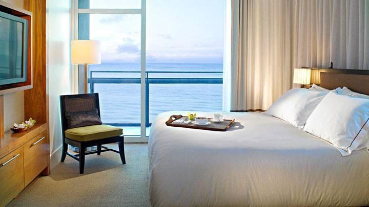 спальня с красивым видом из окна