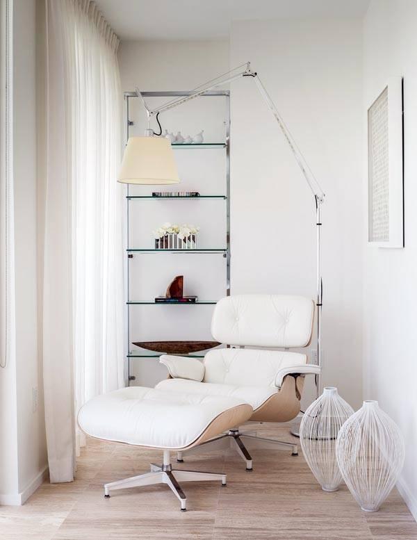 Стильный торшер над белым креслом фото