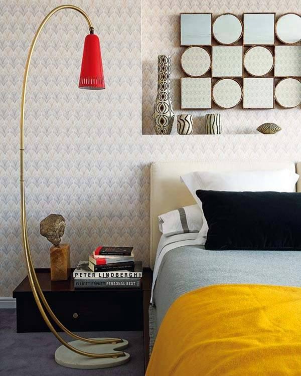 Красный ретро торшер на фоне светлой стены фото