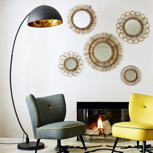 Красивый интерьер с изогнутым торшером и декором из круглых зеркал фото