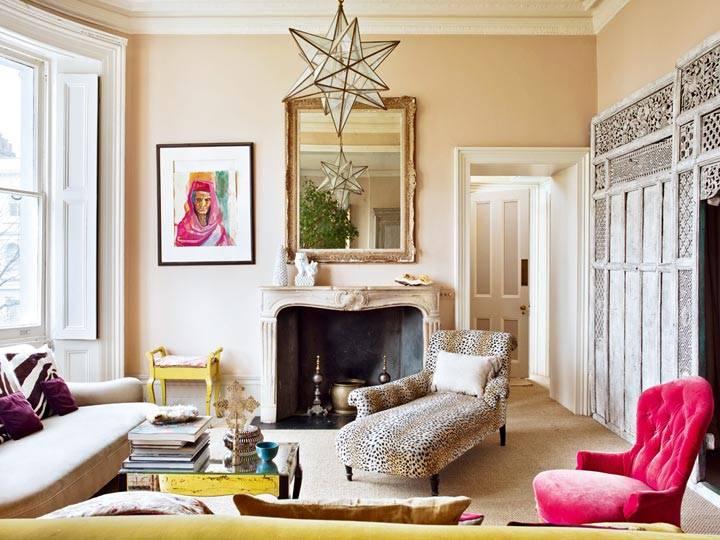 дизайн гостиной с бежевыми стенами и камином в квартире