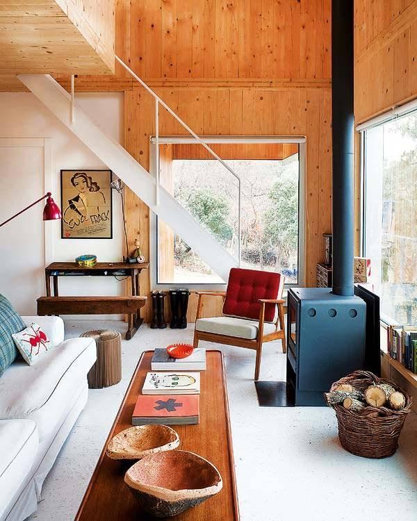 Интерьер деревянного дома в лесу, фото