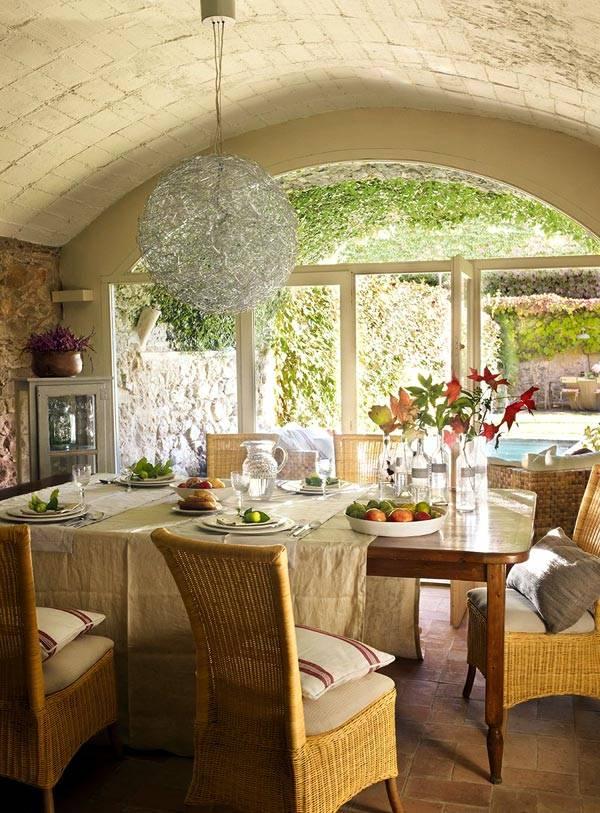 Дизайн интерьера дома в Испании с большим двором и красивым садом