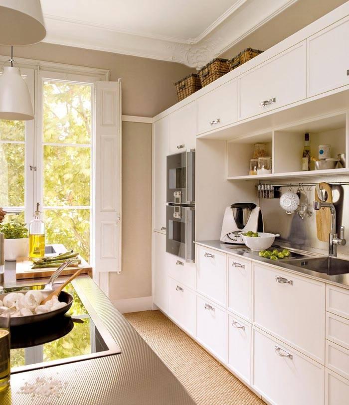 белый и бежевый цвет в интерьере кухни в Испании фото