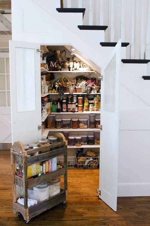 как заполнить пространство под лестницей фото