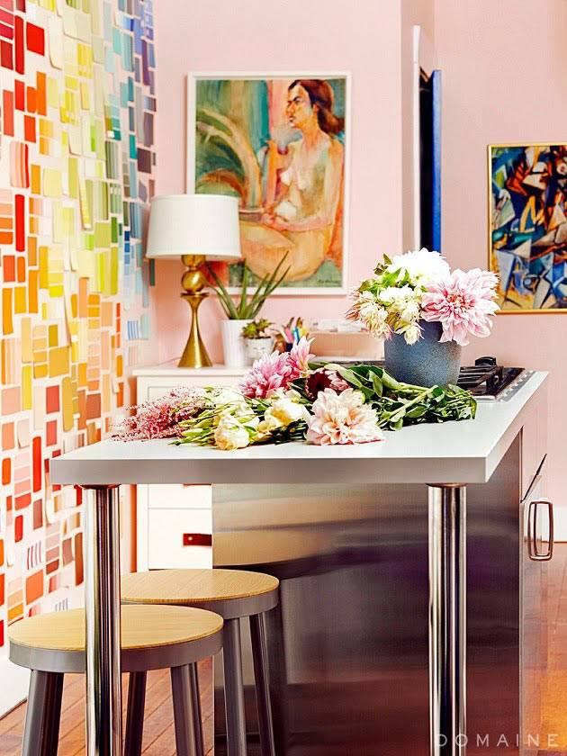 раскладной рабочий стол в интерьере студии