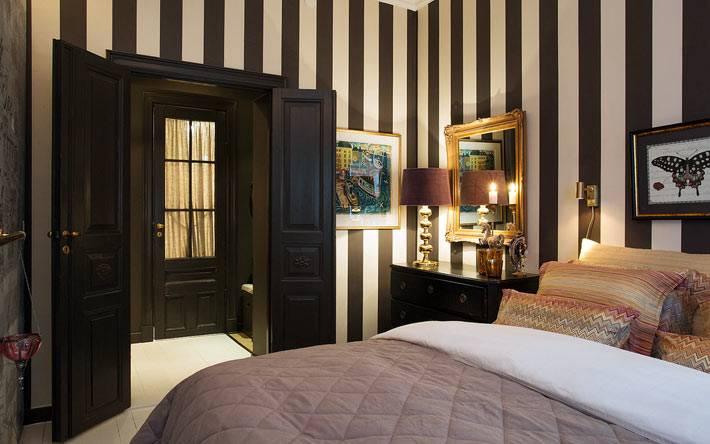 интерьер спальни с темными стенами