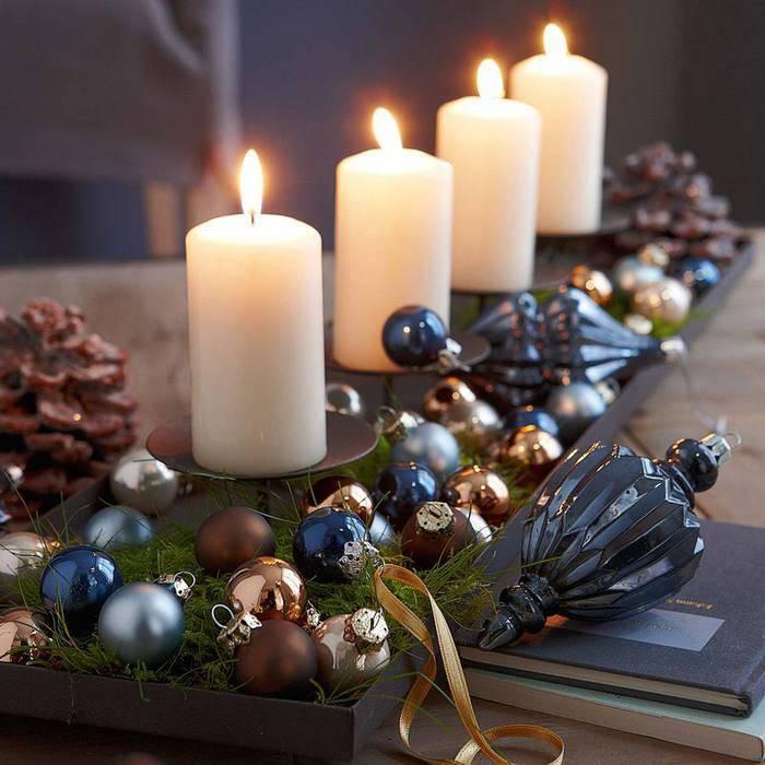 красивый декор свечей новогодними шарами