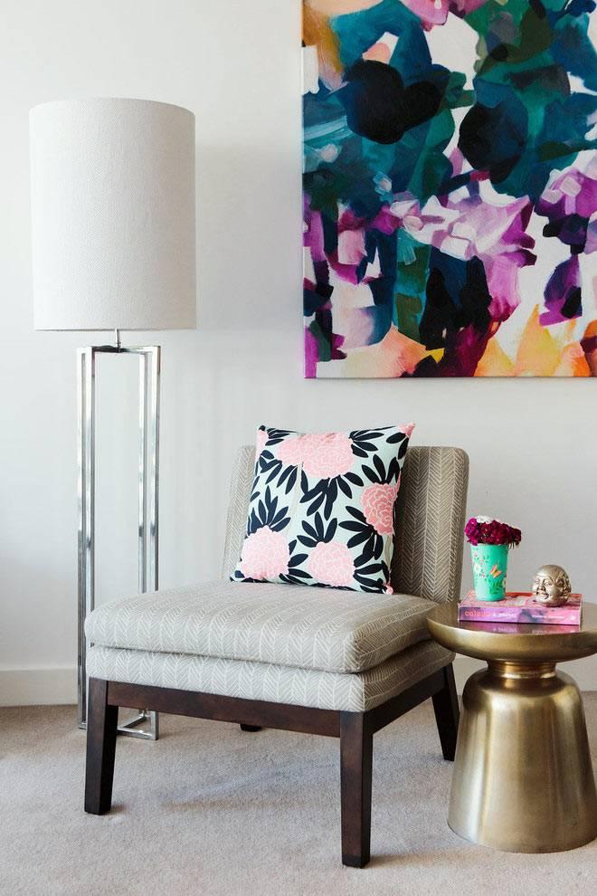 ретро-мебель и яркая картина в дизайне интерьера