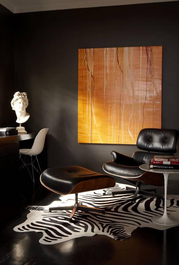 красивый интерьер черного цвета с гипсовым бюстом
