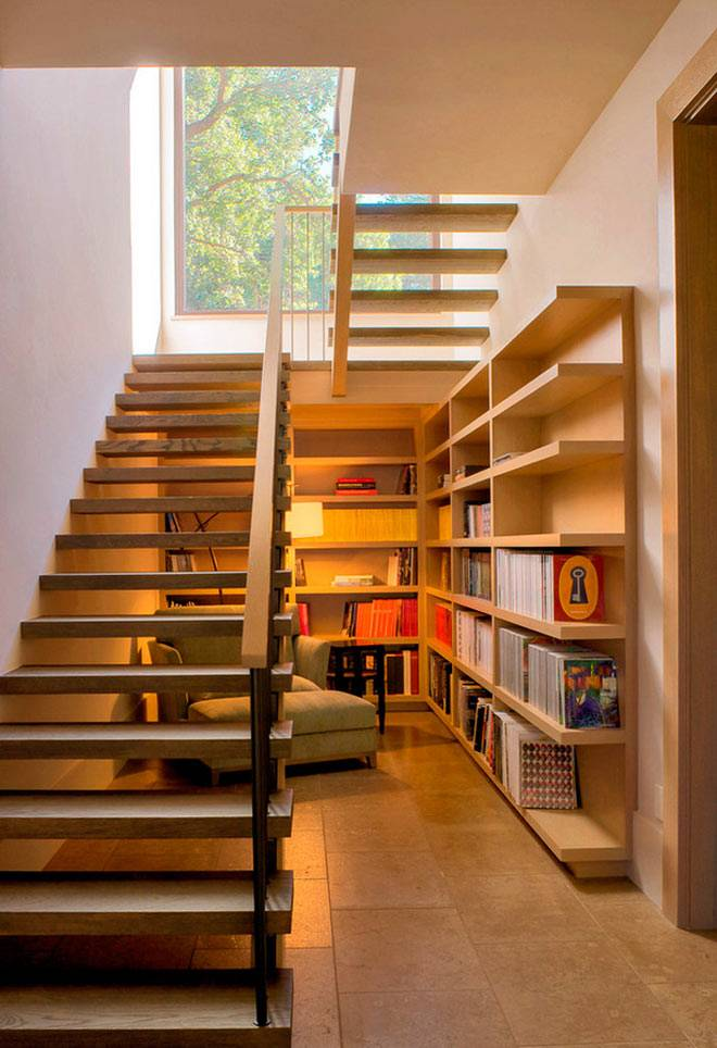 комната с книжными полками под лестницей