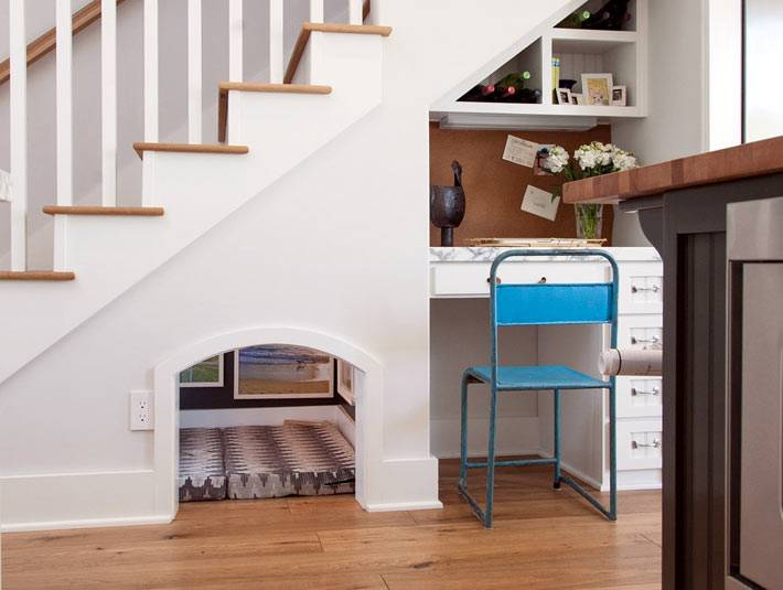 комнатка под лестницей