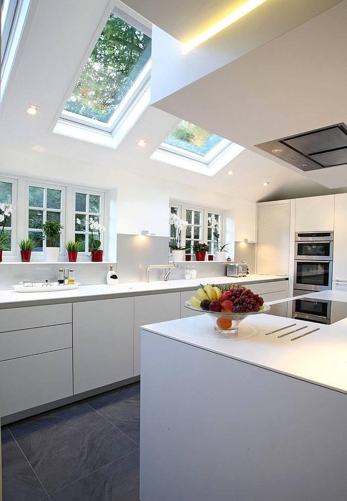 интерьер кухни с мансардными окнами