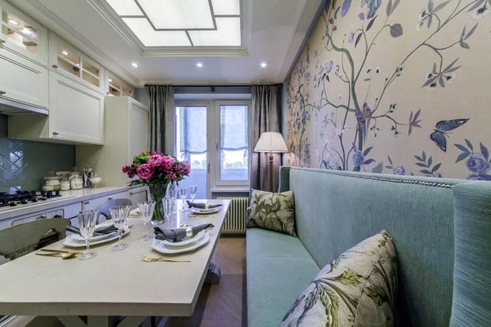 красивый интерьер кухни с окном на потолке