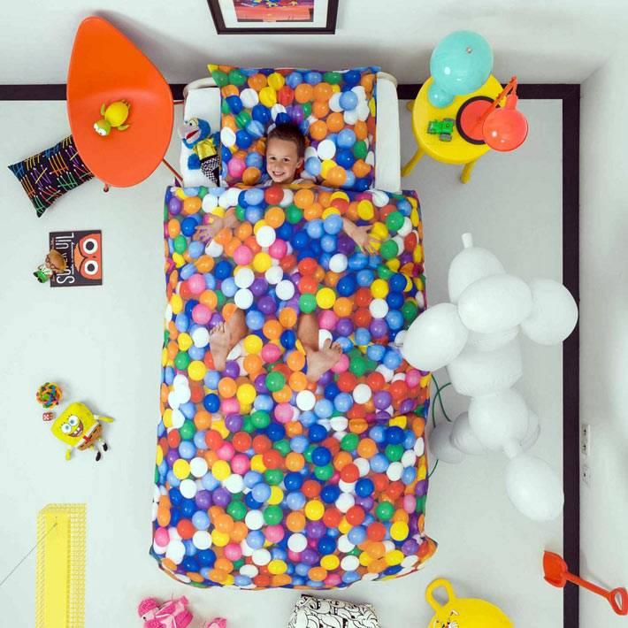 яркая постель с шариками фото
