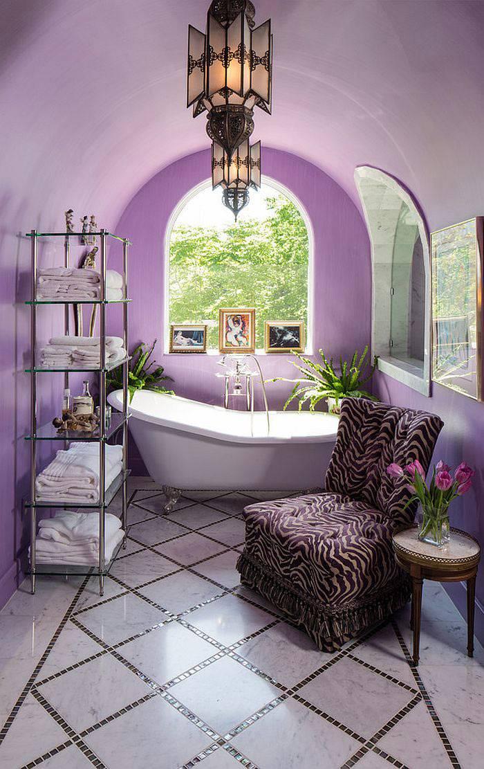 необычный интерьер ванной с фиолетовыми стенами