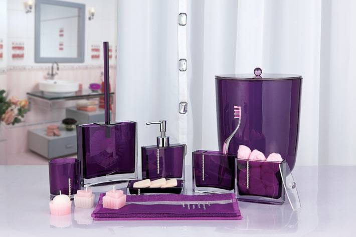 фиолетовые детали для ванной комнаты