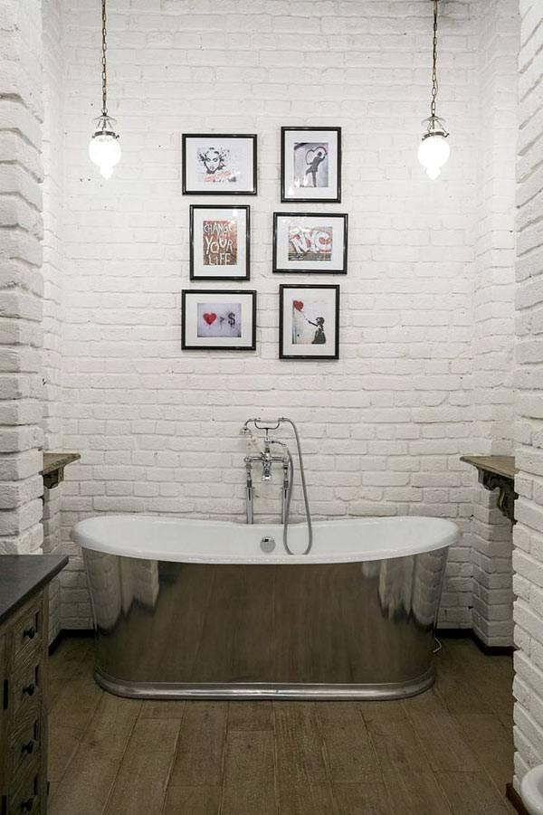 интерьер ванной с белыми кирпичными стенами