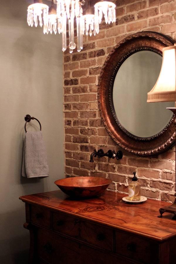 стильная ванная комната с кирпичной стеной