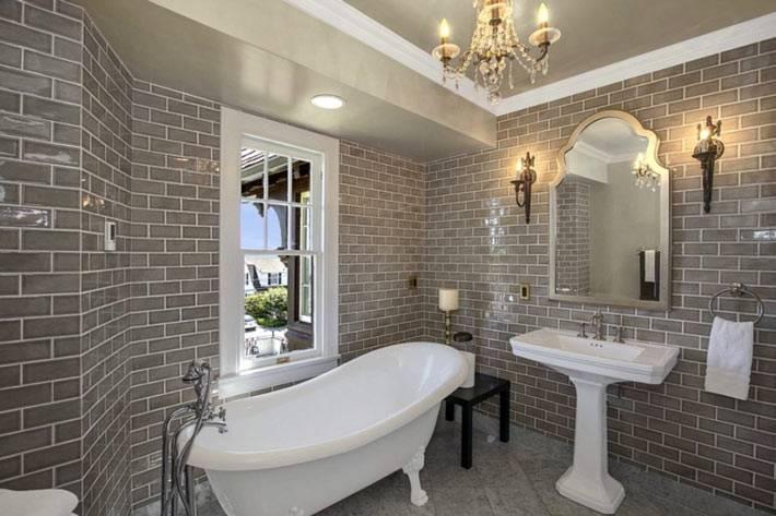 ванная комната с кирпичной кладкой на стенах