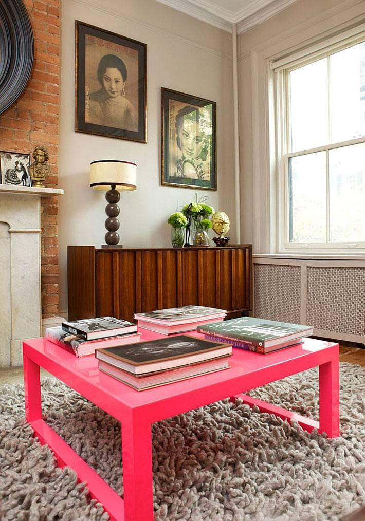 ярко-розовый журнальный стол в интерьере