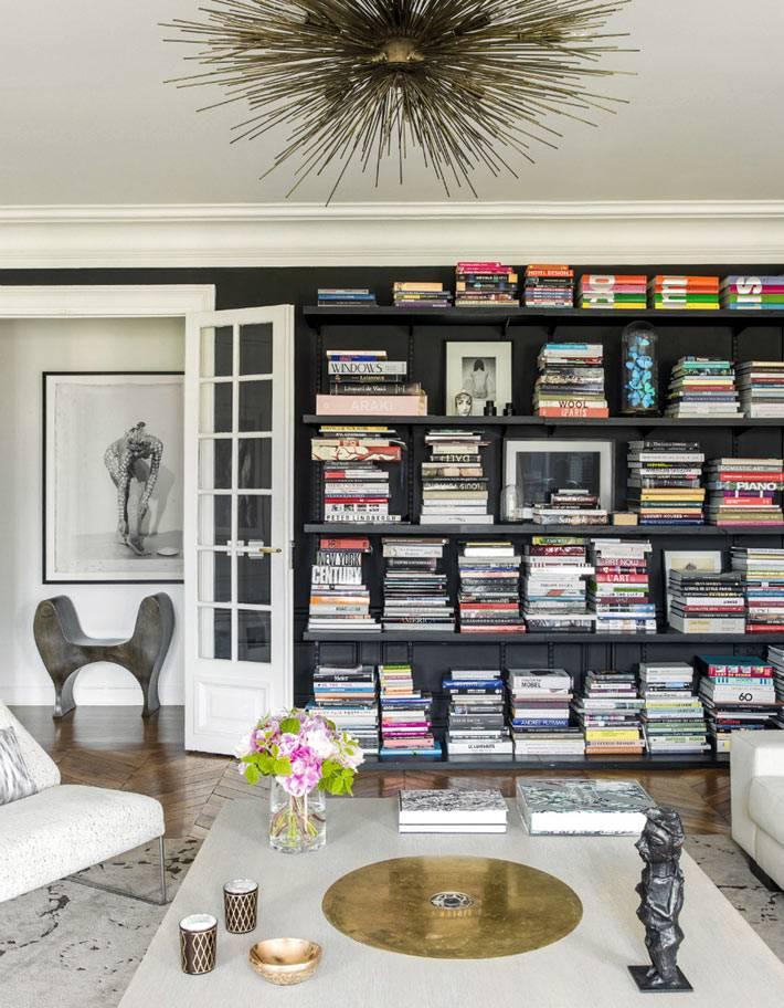 черный стеллаж для хранения книг в интерьере
