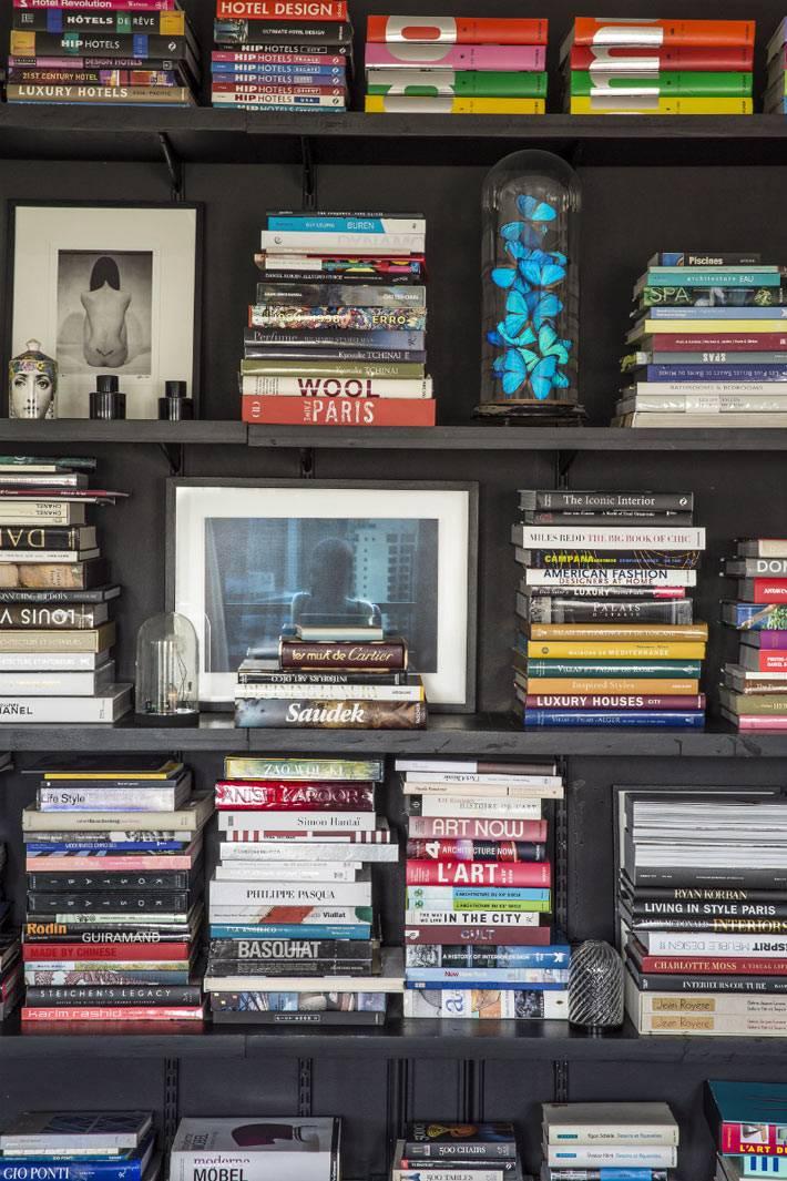 книги как элемент декора на черном стеллаже