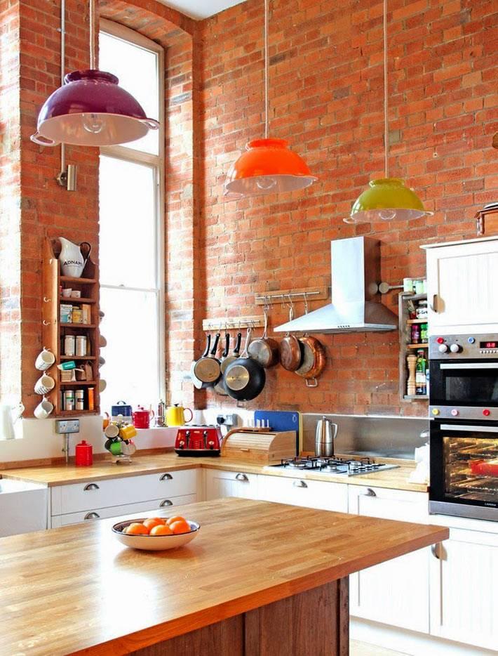 стильный интерьер кухни с кирпичными стенами фото