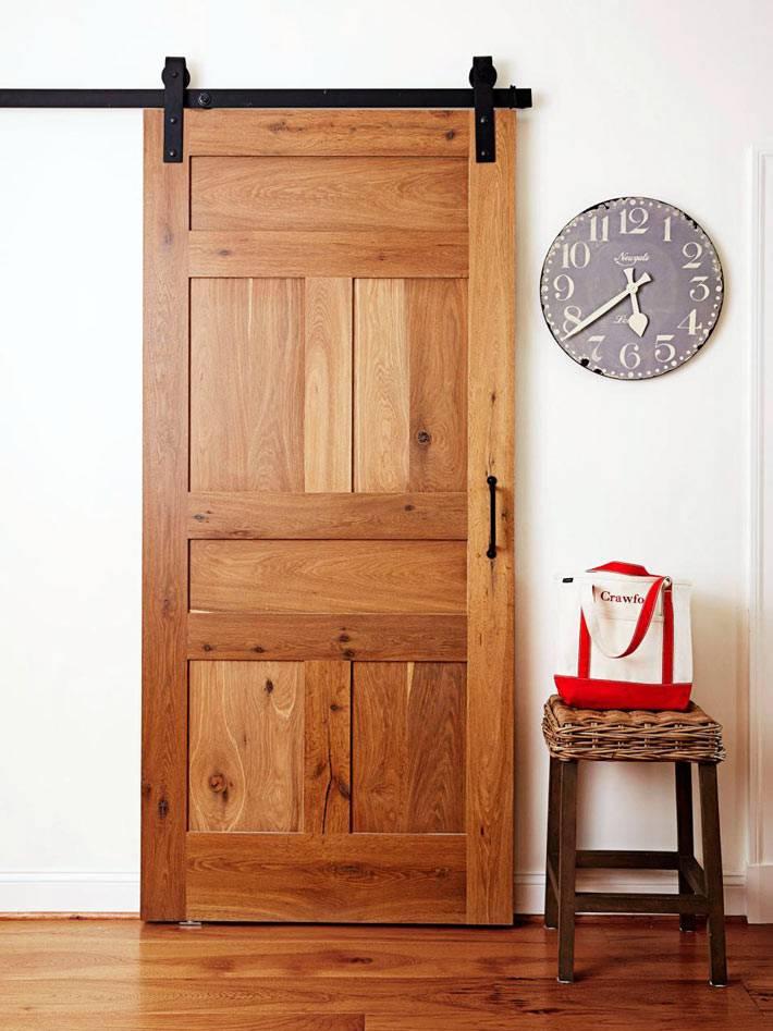 необычная конструкция двери на колосах