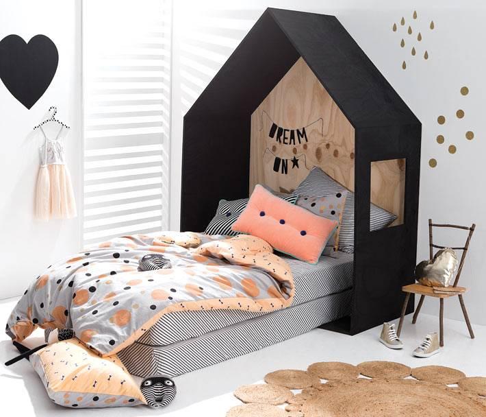 черный каркас домика над детской кроватью