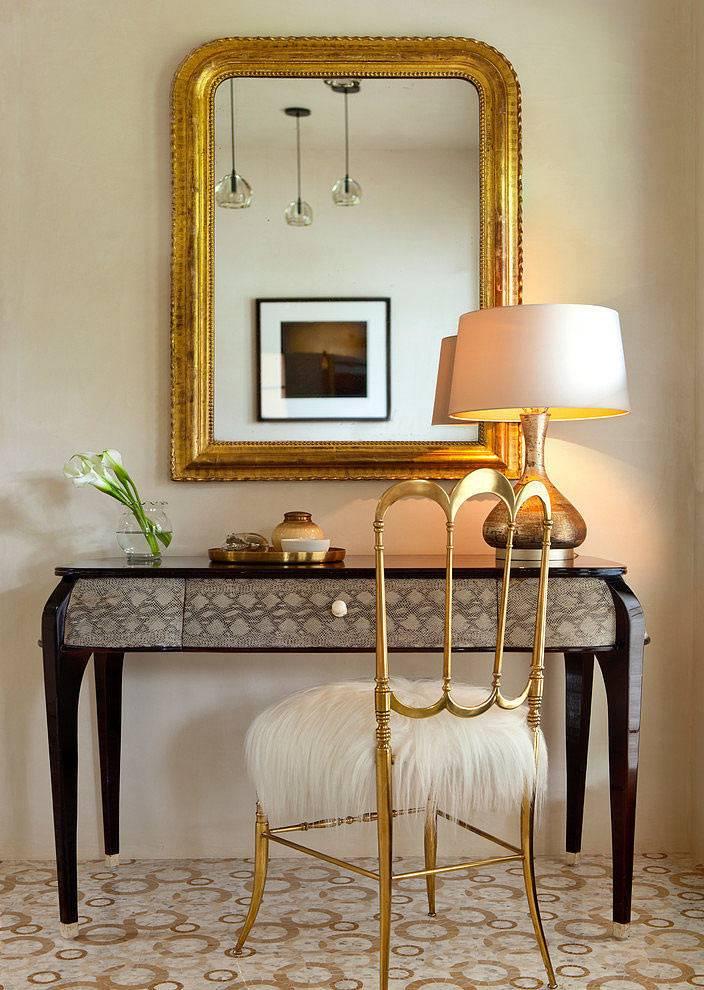 красивый туалетный столик с зеркалом в золотой раме
